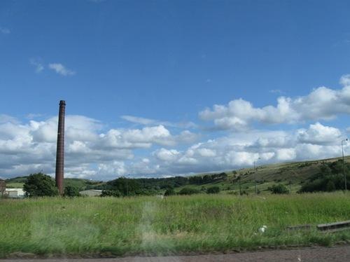 2・綿工場の煙突がそびえる草原を通って 一路会場を目指します.jpg