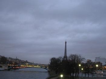 23日 エッフェル塔右手前あたりのセーヌ川沿いにあるホテル.jpg