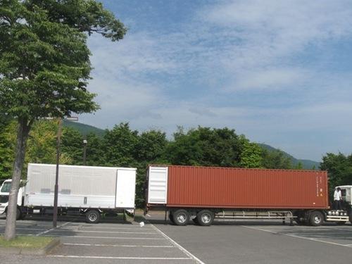 40フィートのコンテナからトラックに移して運ぶこと3回.jpg