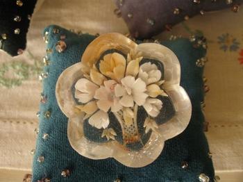 アンティークの花のブローチや.jpg