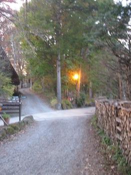 右に萌え木の村 左にオルゴール館.jpg