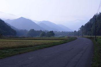 村はずれの道 この道は母をリヤカーに乗せ畑にいった道。。。.jpg