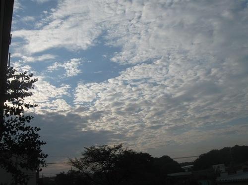 東の空 雲間から朝日が.jpg